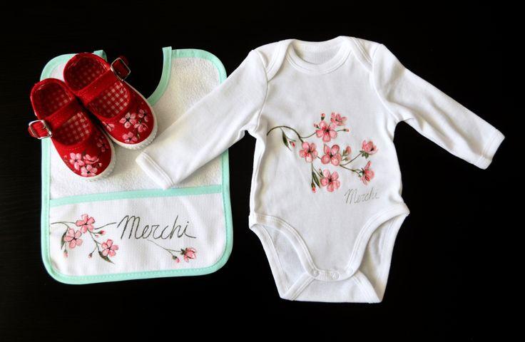 """Conjunto """"Primavera""""personalizado con el nombre: Body+babero+zapatillas."""