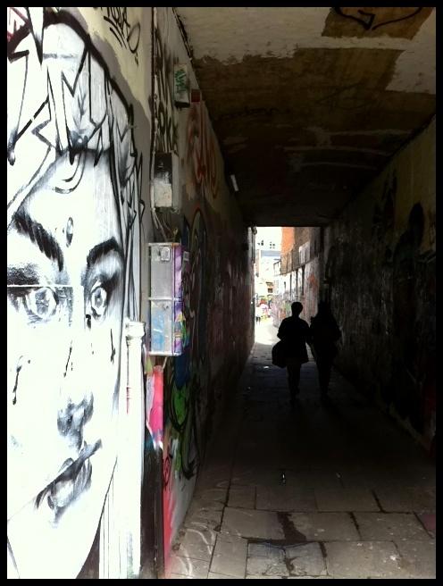 Gent heeft een aparte, lange graffitisteeg waar jonge graffitikunstenaars onbeperkt hun gang kunnen gaan.