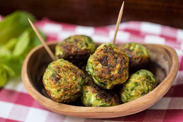 Le polpette di zucchine, fritte o al forno, sono sempre le più amate! Provatele nella nostra versione vegan con menta e limone!
