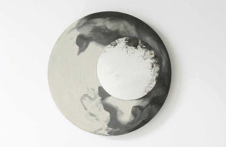 LIQUID est une série de miroirs muraux. Ils se composent d'un disque de béton coulé avec des pigments dans lequel est imbriqué un miroir circulaire dont la surface est traitée afin d'obtenir cet effet tacheté. La surface en béton offre un rendu unique obtenu grâce au mélange du béton et des pigments lors du moulage. Les disques en béton sont réalisés dans différentes tailles de 35cm à 50cm de diamètres, et environ 7mm d'épaisseur. Le mécanisme pivotant est fixé à l'arrière de chaque pièce...