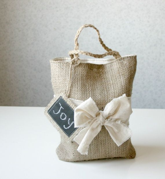 Bolsa de regalo de arpillera rústica reutilizable - Rustic Burlap reusable gift bag eco friendly ....cute little lunch bag:)