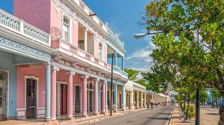 Cienfuegos i Cuba er en pragtfuld provinsby med smukke, pastelfarvede bygninger, masser af af historie og hyggelige gader. Den er da også på UNESCO's liste over verdensarv!
