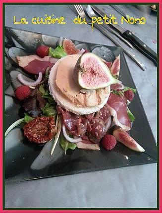 La meilleure recette de Salade Perigourdine a ma façon ! :-)! L'essayer, c'est l'adopter! 5.0/5 (3 votes), 6 Commentaires. Ingrédients: Jeunes pousses de salade , oignon rouge , tomates séchées , framboise fraiche ou congeler , gesiers de canard , figues fraiche, magret de canard fumé , pain de mie , bloc de foie gras , une vinaigrette a l'huile d'olive et velours de balsamique !