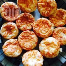 Brasilianische Käsebällchen mit zweierlei Käsesorten (Pao de Queijo) Das gutenfreie Pao de Queijo wird oft nur mit Parmesan gemacht, an dieses Rezept meiner brasilianischen Freundin kommt Parmesan und Mozzarella.@ de.allrecipes.com
