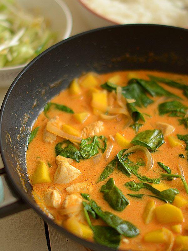 Czerwone curry z kurczakiem i mango oraz szpinakiem - film vide HD