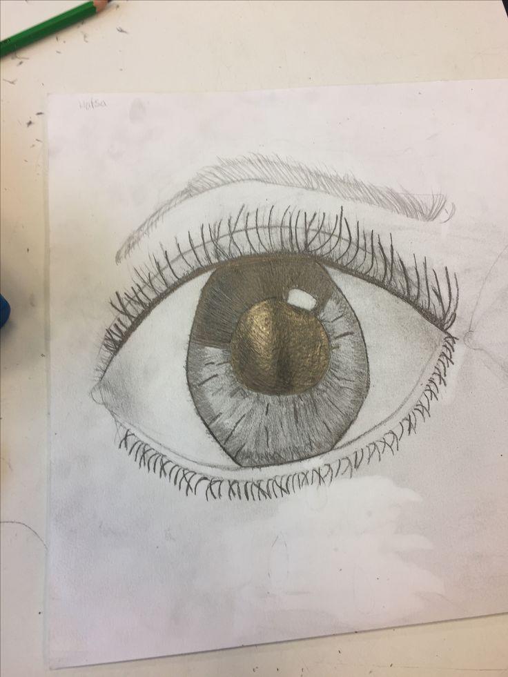 Ik heb mijn oog wat mooier afgewerkt . En de wimpers zijn nu eindelijk een beetje gelukt ik heb ook de wenkbrauw een beetje getekend . Ik vind het oog wel mooier de wenkbrauw heb ik een beetje verdrietig proberen te tekenen.