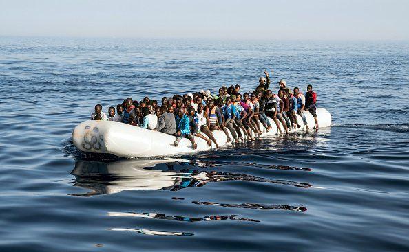 """Die Verteilung von Migranten in der EU nach festen Quoten ist aus Sicht des österreichischen Bundeskanzlers Sebastian Kurz ein Irrweg. """"Staaten zur Aufnahme von Flüchtlingen zu zwingen, bringt Europa nicht weiter"""", so Kurz. Österreichs Bundeskanzler Sebastian Kurz hält die Verteilung ..."""