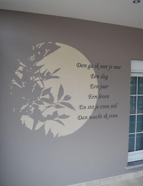 decoratieve wandschildering: maanlicht door de struiken met gedicht er bij
