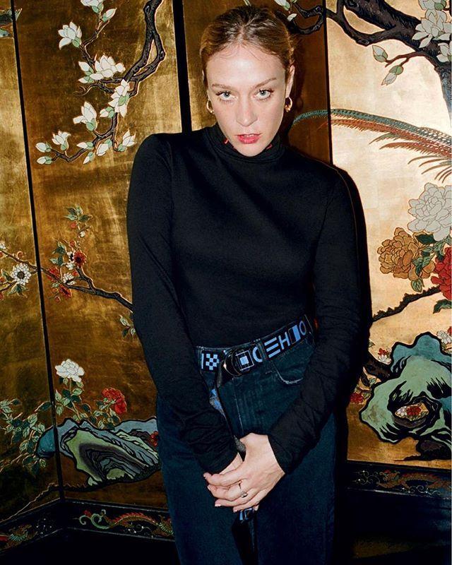 """Para celebrar os 15 anos da @proenzaschouler o duo Jack McCollough e Lazaro Hernandez acaba de lançar a """"White Label"""". A nova linha tem proposta mais casual: focada em moletons camisetas e calças jeans e com preços mais suaves carrega o mesmo DNA cool que conquistou fashionistas do mundo todo. A atriz Chloë Sevigny amiga da dupla estrela a campanha da nova marca e a coleção está à venda na loja do SoHo em Nova York. #moda via VOGUE BRASIL MAGAZINE official Instagram - #Beauty and #Fashion…"""