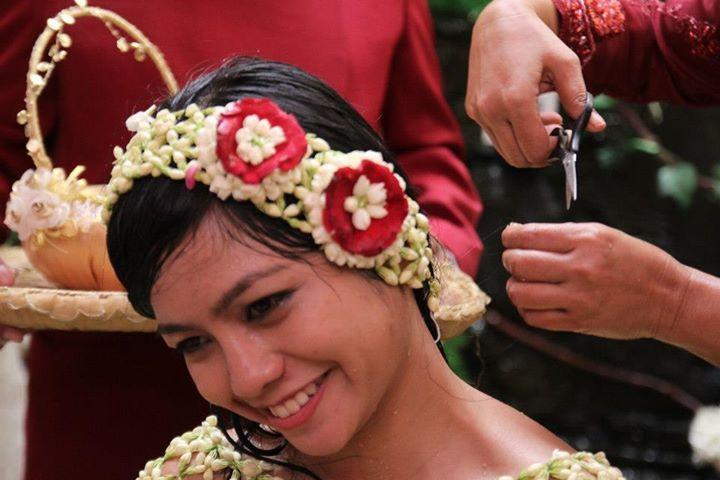 Orangtua juga berperan penting pada upacara potong rambut saat prosesi Siraman pada pernikahan adat Jawa.
