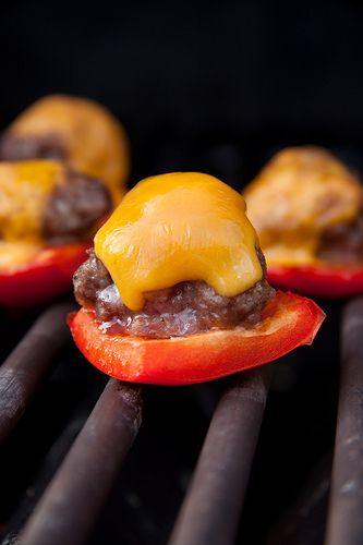 BOCADITOS DE CARNE (little cheeseburger meatballs on red pepper bites) #AperitivosParaBarbacoas #IdeasDivertidas