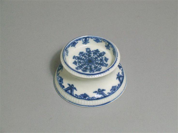 Saleron en porcelaine de Saint-Cloud, à décor de lambrequins, vers 1700