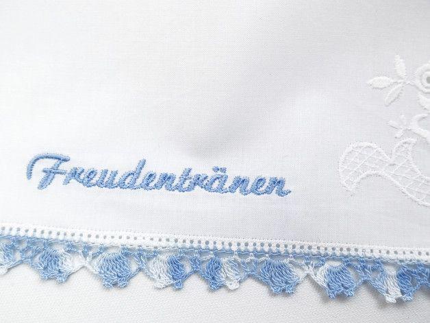 Mit Freudentränen besticktes Spitzentaschentuch mit Weißstickerei und blauem Häkelrand. Ein schönes Gastgeschenk für die Hochzeitsgäste, Trauzeugin, die Braut oder die Brautmutter.  Garnfarbe:...