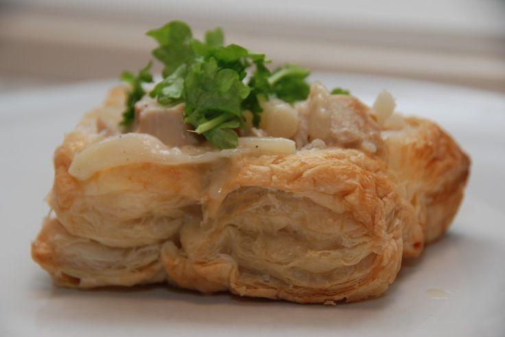 Tarteletter med høns i asparges er en vaskeægte klassiker, men her får du min mere moderne udgave, der tilmed er nem at lave. Uden at koge en høne. Foto: Guffeliguf.dk.