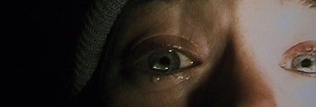 """""""A Bruxa de Blair (The Blair Witch Project - 1999)A Bruxa de Blair Em 21 de outubro de 1994, Heather Donahue, Joshua Leonard e Michael Williams foram para a Floresta Black Hills do estado de Maryland, nos Estados Unidos, para rodarem um documentário sobre uma lenda local: a bruxa de Blair. Nunca mais se ouviu falar deles. Um ano depois, a gravação que eles fizeram é encontrada e seu legado tem o título de A Bruxa de Blair, que documenta a angustiante jornada de cinco diaxs.."""""""