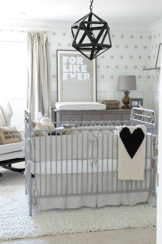 Mamãe moderna tem filho moderno! Se você quer um quarto fora do convencional, aposte em detalhes de metal, como o berço (com pintura metálica) e mobile geométrico.
