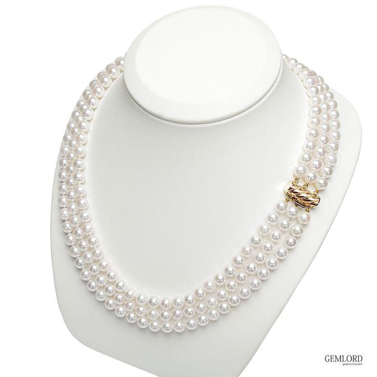 Trzyrzędowa kolia z perłami Akoya i pięknym zapięciem z żółtego złota. Doskonałe uzupełnienie biżuteryjnej kolekcji każdej miłośniczki pereł. #kolia #necklace #perły #pearls #perlas #perolas #prezent #gift #beauty #pearllover #stylizacje most.popI lik