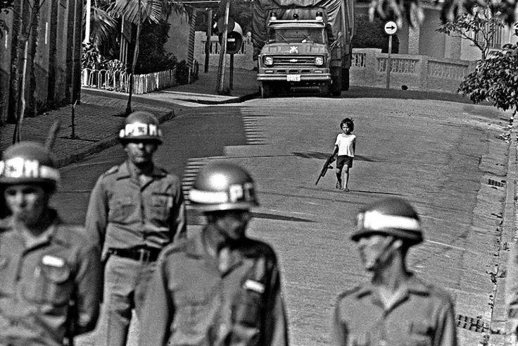 ©Juca Martins. Criança empunha metralhadora de brinquedo durante greve dos metalúrgicos. São Bernardo do Campo, 1980.