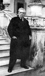 José Batlle y Ordóñez - Montevideo, 1856 - 1929) Político uruguayo, presidente de la República en dos ocasiones, 1903-1907 y 1911-1915. Promovió leyes sociales para mejorar la situación obrera y tuvo el apoyo de socialistas y anarquistas. Apoyó la creación de leyes de divorcio y de sufragio femenino; brindó ayuda a los inmigrantes que llegaban en gran número en esos años y soñó con un país de medianos propietarios dedicados a la agricultura.