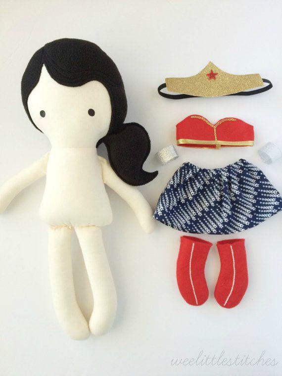 Esta muñeca de la mujer maravilla es hecho a mano en mi pequeño estudio con mucho cuidado y atención al detalle. El regalo perfecto para usted o la pequeña fangirl (o fanboy) en tu vida, nuestra nueva línea de muñecas de weelittlestitches son una maravillosa alternativa para juguetes princesa tradicionales y una gran manera de introducir su un poco a tus favoritos de la cultura pop. ESTA MUÑECA SE HACE A PEDIDO. POR FAVOR ESPERE 1-3 SEMANAS PARA COMPLETAR. NAVIDAD DE ENTREGA NO SE PUEDE…