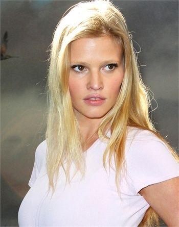 LARA STONE L'olandese tutta curve iniziò la sua carriera all'età di 15 anni, quando venne notata durante un concorso di bellezza. Musa per molti designer, da Calvin Klein a Tom Ford, si unisce nel 2013 alla famiglia di L'Oréal Paris in veste di testimonial.