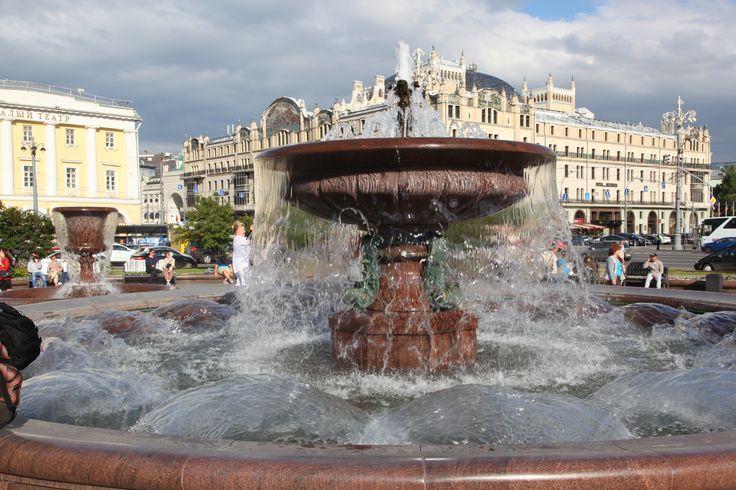 Bolşoy Balesi önünde bir süs havuzu.