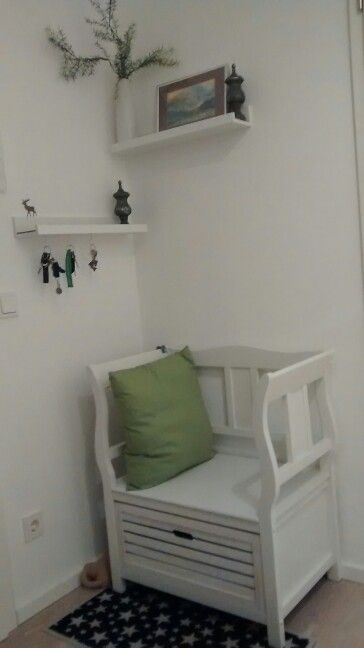 kleiner flur in wei und gr n sitzbank paulina. Black Bedroom Furniture Sets. Home Design Ideas