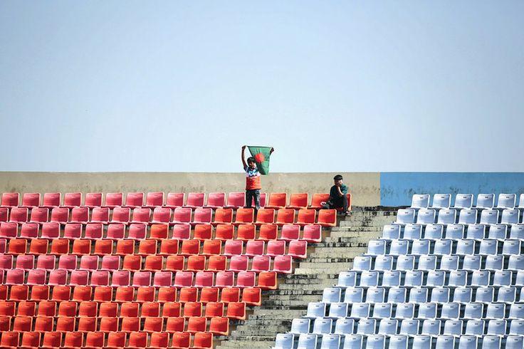 Δυο παιδάκια παρακολουθούν το φιλικό ματς κρίκετ ανάμεσα στην ομάδα του Μπαγκλαντές και εκείνη της Αγγλίας στη Τσιταγκονγκ  του Μπαγακλαντές.
