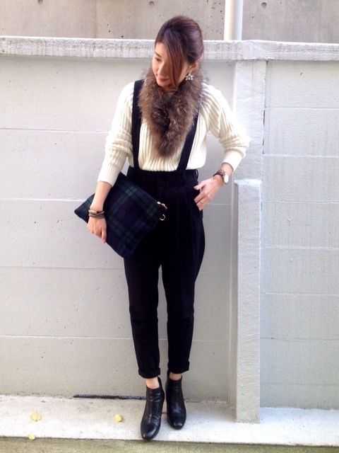 fur stole white off knit Trousers tapered sarouel pants nevy black check clutch bag big black short boots booty japanese blogger outif coordinate styling stlye プチプラコーデ術 yoko ブログ ニット / 夫の (H&M)去年 サス付きパンツ / GU ファー / ダウンのファーをリサイクル チェックのクラッチ / ブリスポイント ピアス / スピックアンドスパン ショートブーツ / l`autre chose 去年