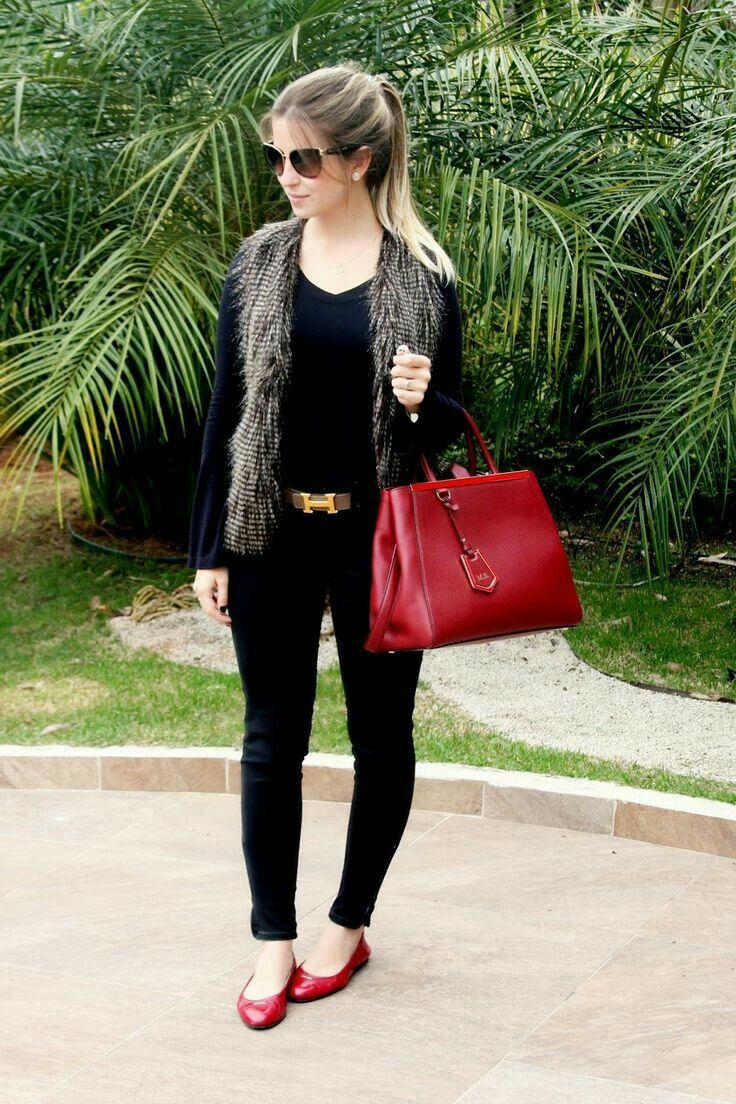 Combinación de chaleco de peluche perfecto para el frío.  Chaleco de peluche, blusa negra manga larga, jeans negros zapatos rojos y bolso rojo