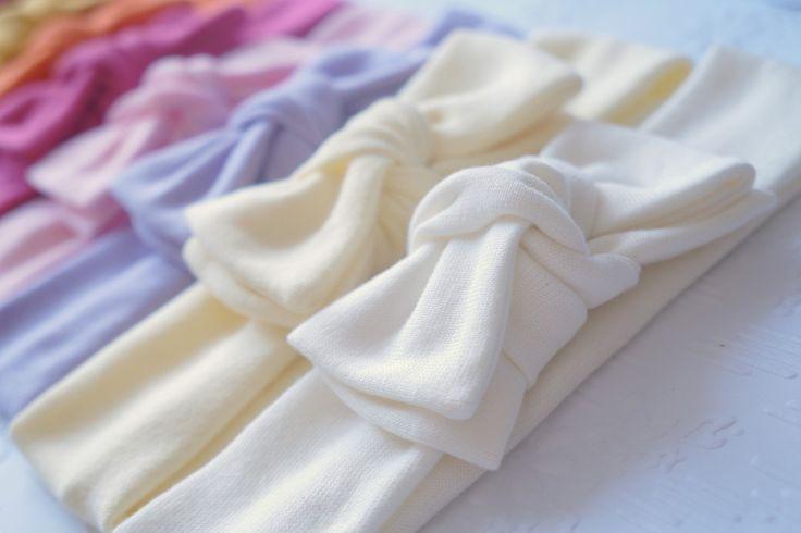 Laço confeccionado na faixinha de malha <br>Muito confortável! <br> <br>Laço mede 10cm X 5cm (podendo ser confeccionado menor) <br> <br>Cores disponíveis: <br>amarelo bb <br>amarelo ouro <br>branco <br>bege <br>laranja <br>lilás <br>marinho <br>pink <br>rosa bb <br>vermelho <br> <br>O valor refere-se a unidade <br> <br>Ao fazer seu pedido, informe a cor e a medida desejada, abaixo segue uma tabela com medidas aproximadas <br> <br>-0 á 3 meses 34 cm <br>- 3 à 6 meses 38 cm <br>- 6 à 1 ano e…