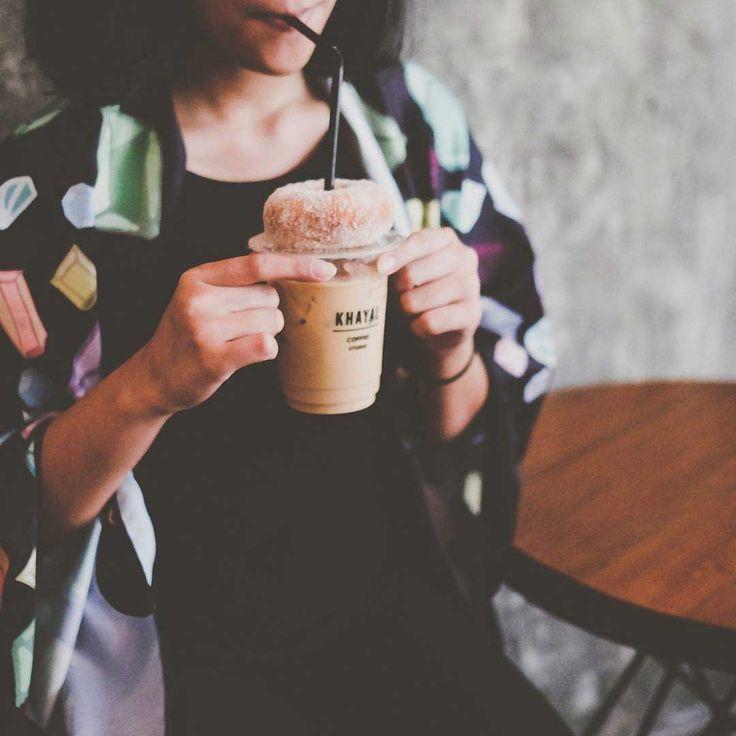 """""""Coffee Shop di Area Denpasar yang Cocok Buat Nongkrong"""" Bosan dengan tempat ngopi di daerah Seminyak / Canggu? Melipir yuk ke daerah Denpasar yang punya banyak coffee shop seru dan pasti gak kalah enaknya dengan coffee shop terkenal di Seminyak.  #avillabali #avillabaliexperience #avillabaliblog"""