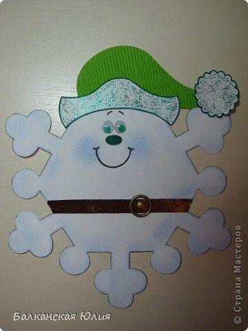 Вот такие смешные снежинки у меня получились в школу для ребёнка на украшение класса. Идею подсмотрела здесь http://stranamasterov.ru/node/118906?c=favorite Сзади ко всем снежинкам приделана верёвочка. А можно из них сделать и гирлянду, кому как нравится. фото 2