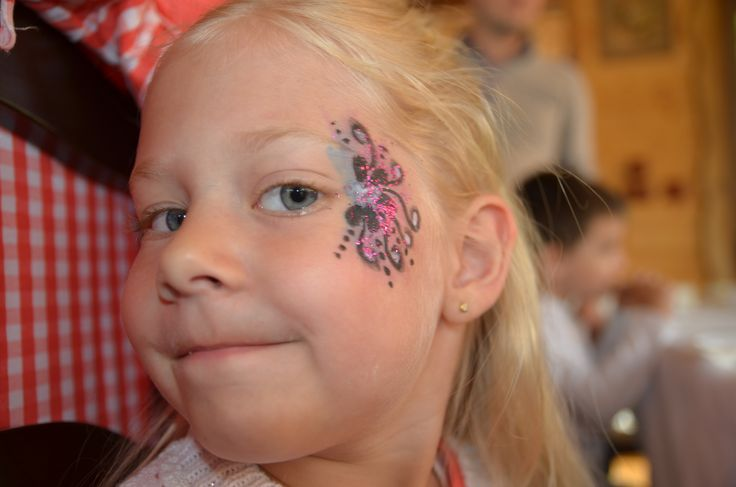 Facepainting floricele  Animatori petreceri copii în Alba Iulia. Clowni, printese, Elsa, Spiderman, Batman, facepainting (pictura pe fata)  http://pingsipong.ro/animatori-petreceri/