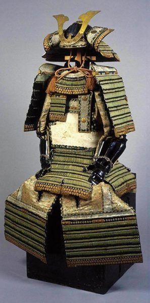 大阪城天守閣 4階 企画展示「いくさの装い変遷史」  2017/07/22~2017/10/05  大阪城天守閣 4階 企画展示「いくさの装い変遷史」 戦場にのぞむ人のいでたちは、時代によって大きく変わります。戦国時代までの武士たちは華麗な甲冑を身にまといましたが、近代日本の戦争では様変わりします。それはなぜでしょうか。戦時の服装や甲冑(軍装)は、各時代の戦争を映す鏡といえるかもしれません。本展では、軍装のうつりかわりを通して日本の戦争の歴史を見つめます。