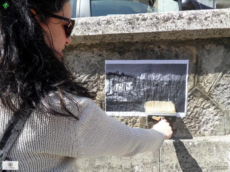"""Un'invasione molto particolare in quanto, oltre alla visita guidata del centro storico, delle sei chiese ivi presenti e dei quattro imponenti palazzi nobiliari, sono state affisse a mò di manifesto, vecchie foto di angoli e scorci dei vicoli e delle piazze attraversate. Di fatti l'evento prende il nome di """"Manifesti di memoria"""", un modo per conoscere il presente anche con l'immagine fotografica del passato. #invasionidigitali #vallata #irpinia"""