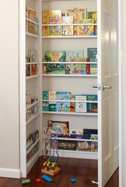 biblioteca infantil aprovechando espacio detrás de puerta  Muebles