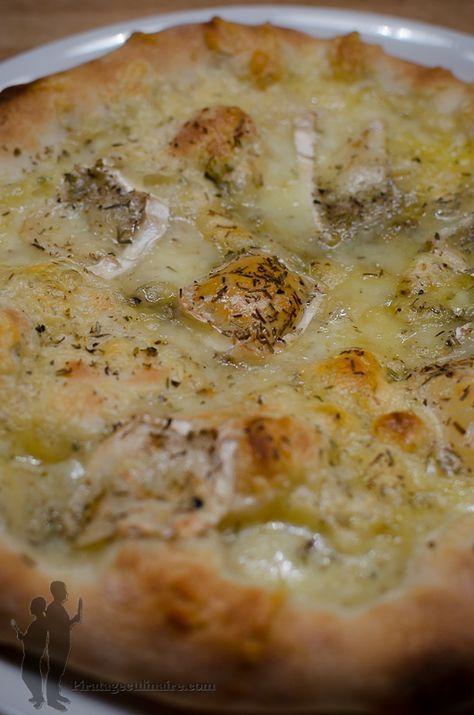 Pizza au chèvre, au thym et au romarin | Piratage Culinaire our la garniture 1 boule de mozzarella 1 bûche de chèvre du thym du romarin de l'origan du poivre du moulin