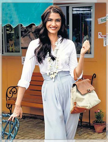 Bollywood celebs like Sonam Kapoor have fought their share of the battle too. With a healthy diet combined with a rigorous exercise regimen, she lost 30 kilos for her first movie! She eats a healthy oatmeal breakfast with fruits. Lunch usually means chapattis, dal with grilled chicken or fish and for dinner she prefers soup and salad with fish or chicken as sides.   ** Subscribe for FREE Healthy Updates on http://simplyhealthydiets.com/ ***