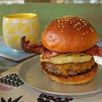 Így készül a Ponyvaregény híres hamburgere