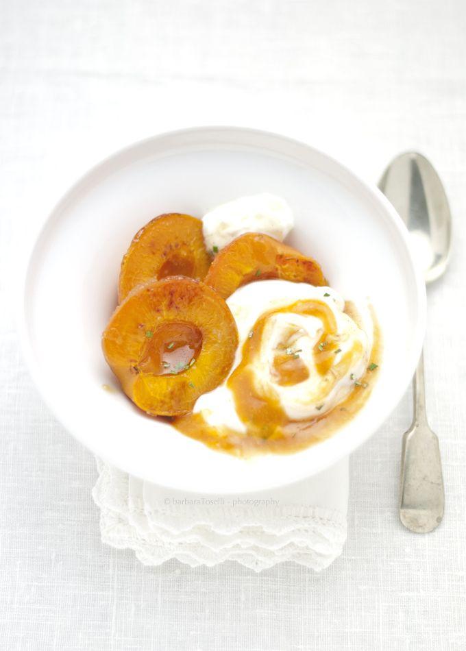Albicocche caramellate con yogurt greco, coulis di albicocche al lime e miele alla vaniglia e rosmarino