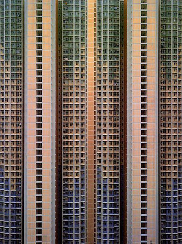 Les façades des immeubles de la ville de Hong Kong vues par le photographe Michael Wolf. Un travail sur les motifs répétés des structures de béton qui donne à ces immeubles une impression d'infini et qui déshumanise encore un peu plus ces habitations.