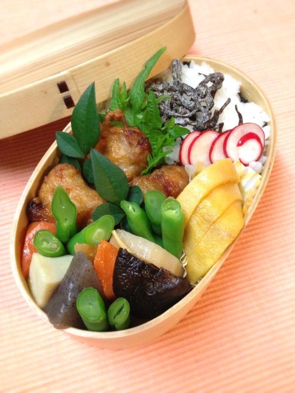 Twitter from @kumaizumi まずはお弁当の蓋を開けた時の幸せを♪ 本日のお弁当■海苔昆布2段弁当、鶏唐揚げ、根菜の煮物、卵焼き #obento #obentoart