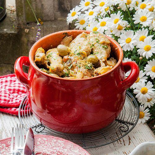 Kip gestoofd in witte wijn en crème fraîche met olijven en citroen, uit het kookboek 'De vrolijke tafel' van Karin Luiten. Kijk voor de bereidingswijze op okokorecepten.nl.