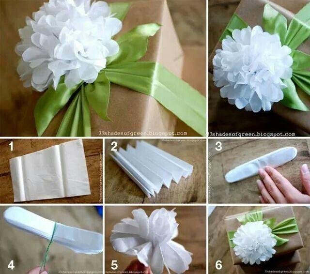 Bloemen maken van papieren zakdoekjes. Zakdoekje open vouwen, trapje vouwen…