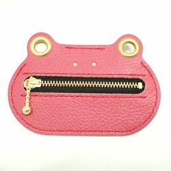 ◆かえるのコインケース FUNKYです。ギターピックケース、ピルケース等様々な使い方ができます。 使い込む事で革がやわらかくなり20~30枚のコインも余裕を持ち入ります。小銭を取り出す時のFUNKY(イカした)な笑顔に心奪われるはずです。◆カラー…チェリーピンクサイズ…W110/H73(mm) ハトメ穴Ø9(mm) 革…牛革(イタリア製タンニン鞣し)◆使用している革は、イタリアで作られたタンニン鞣しの牛革で、厳選された肩の部分を丁寧になめして、シボ出し加工がされています。型押しではない自然なシボと、イタリアの革ならではの発色の良さが魅力的な革です。◆メリットは、日焼や経年変化で、濁った色味に変色することを避けるため顔料によるオーバーコート(補色)が施されております。そのお蔭で、殆ど色が変わらず、傷が入りにくく、目立ちにくいというメリットがあります。◆デメリットは、色が変わりにくい事です。経年変化を求められるお客様には、少し物足りないかもしれません。もう1点は、タンニンなめしの革全般に言えることですが、ベースは染料で染められている為、色移りがしやすい事です。水濡れや、白い...
