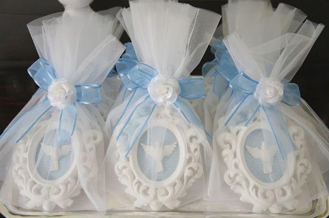 Linda lembrancinha para batizado: pequenos quadrinhos com a pombinha branca do Espírito Santo para que os convidados possam usar na decoração. Adoro lembrancinhas úteis!