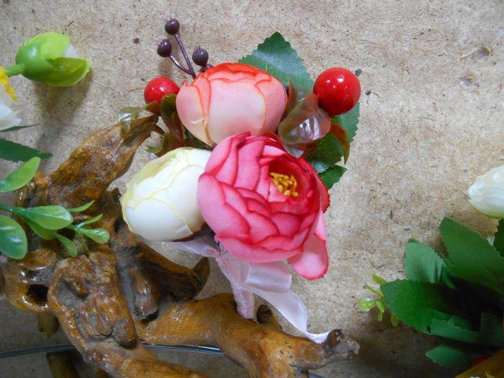 Бутоньерка для жениха или свидетеля с винтажными розами и ягодами.