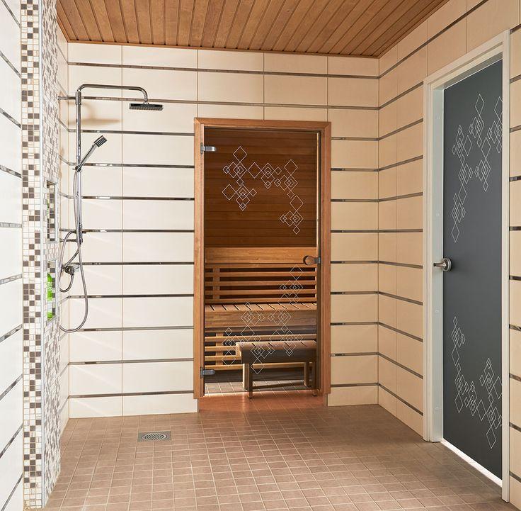 JELD-WENin saunanovi Himmeli, leppäkarmi ja pyöreä vedin. Kylpyhuoneenovena Spa-malliston lasiovi Himmeli+.
