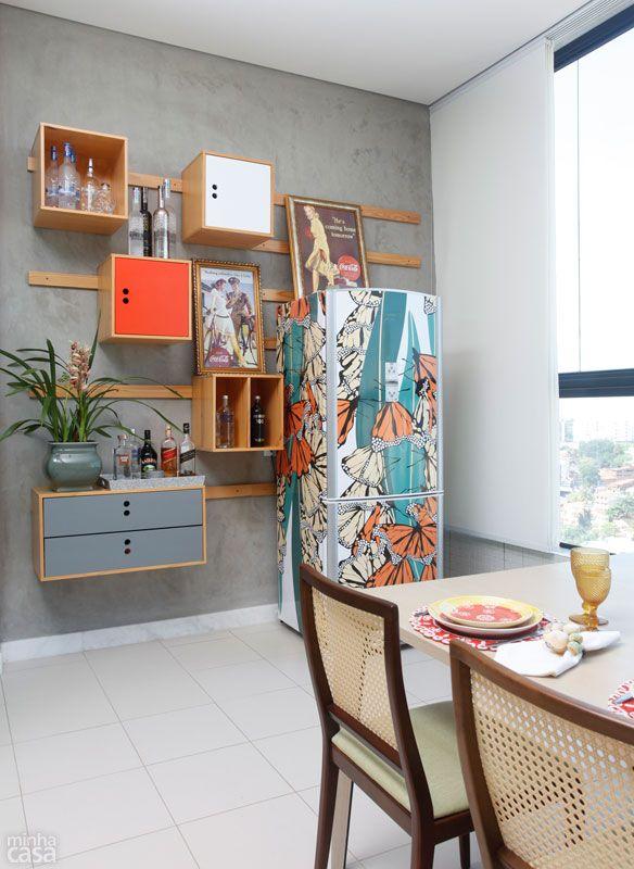 Concebida pelo designer Marcelo Rosenbaum, a estante (fora de linha) com módulos abertos e fechados guarda copos e bebidas. Como possibilita jeitos variados de montagem, foi simples encaixar a geladeira.